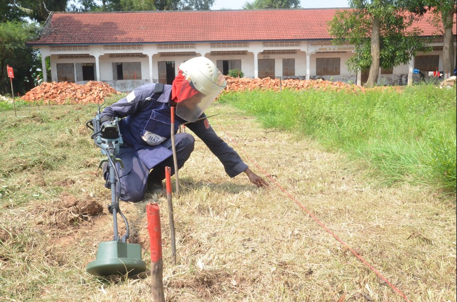 A DFID-funded deminer working at Ponleachey School.